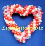 Herz aus Luftballons mit Hochzeitsschleifen, Hochzeitsdeko